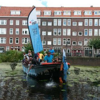 Plasticvissers vangen fietsen