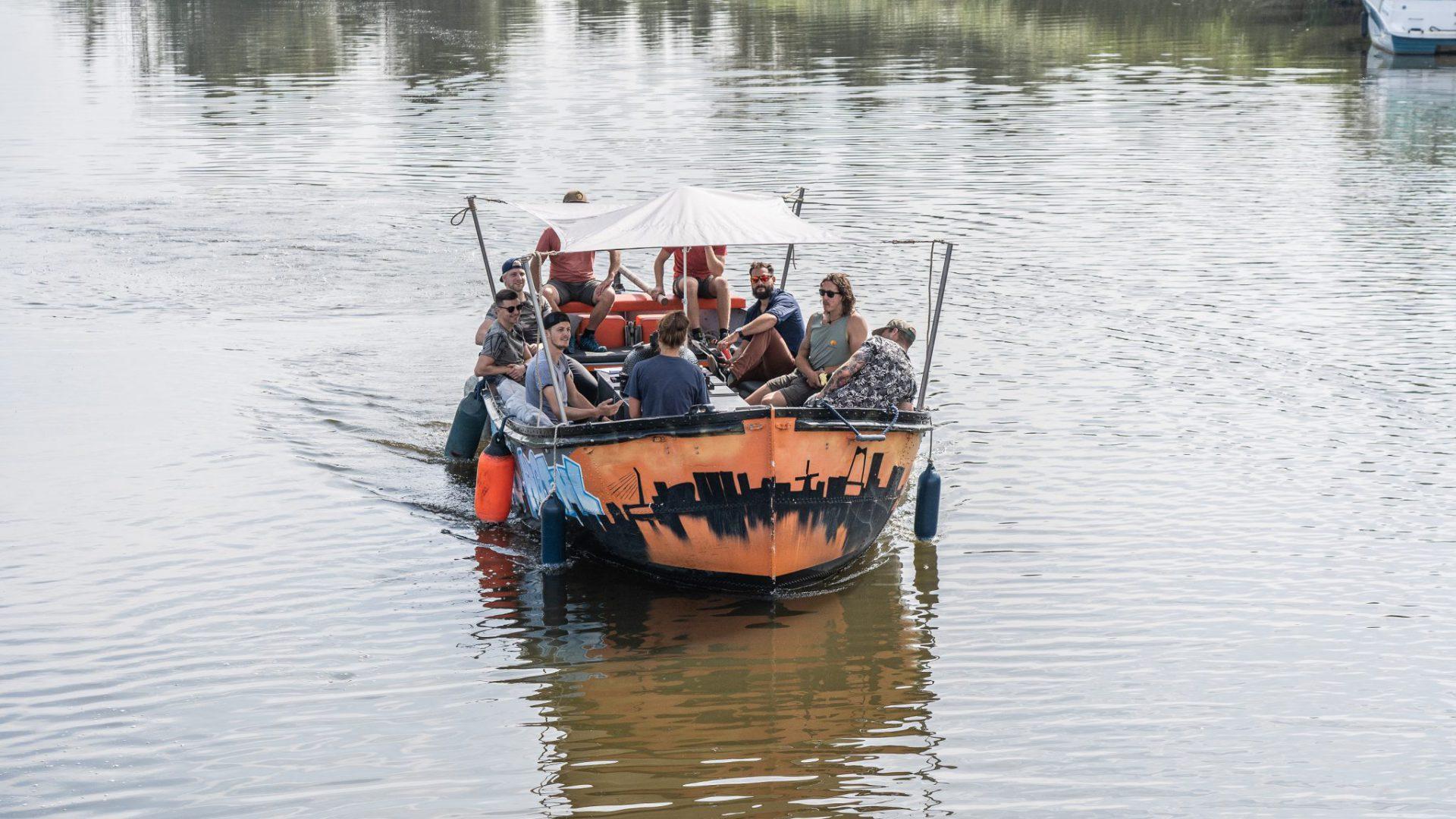 Varen zonder schipper op de Rotte bij Rotterdam is Hot